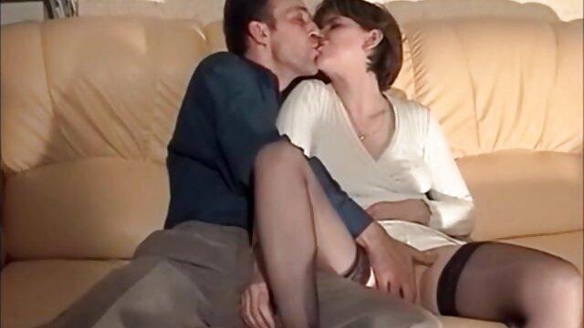 Hermosa adolescente videos de profesoras calientes obtiene consolador masturbándose