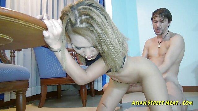 Sexy novia adolescente de ojos azules chupa una gran polla videos calientes hot