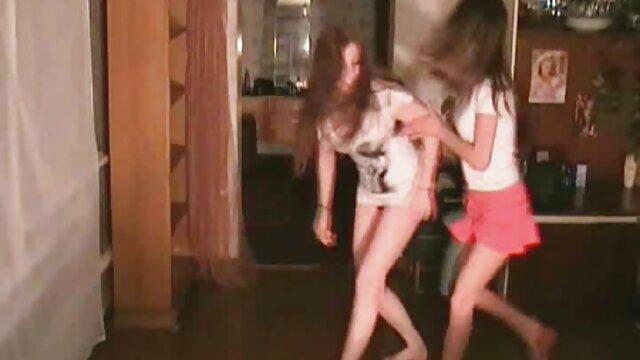 ¿Quién es la chica de pelo corto y rubio en este video? los mejores videos pornos calientes