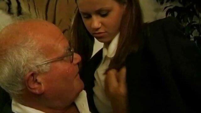 Hermano alemán atrapado a su pequeña las pornos mas calientes hermanastra y ayuda con la cogida