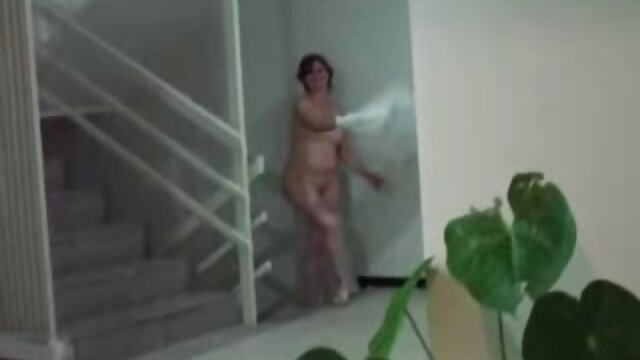 Chica caliente colegialas calientes reales se graba desnuda en el baño