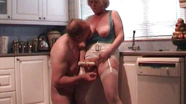 Pequeña rubia con tetas pequeñas se masturba y se corre videos pornos de morritas calientes dos veces