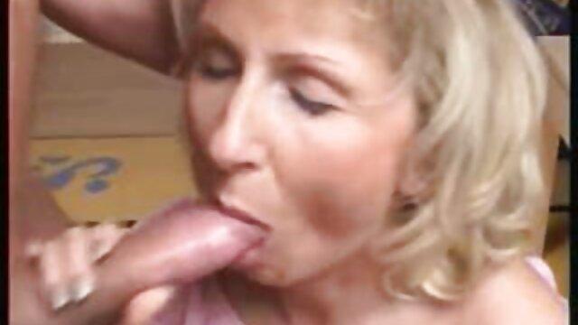 Nena sensual juega el suegras mexicanas calientes coño con consoladores enormes en solitario
