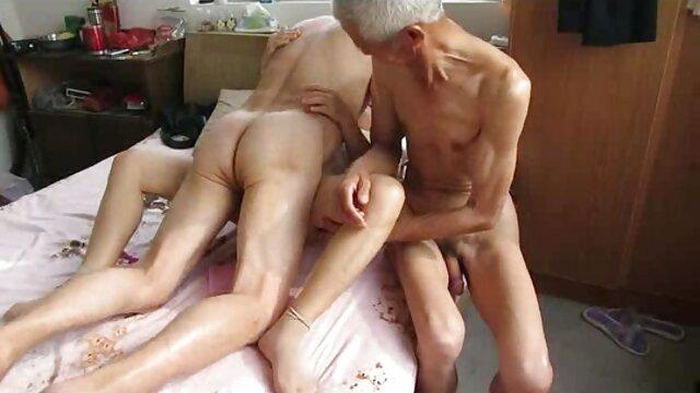 Angel Eyes juega con globos - 2 mujer caliente cogiendo