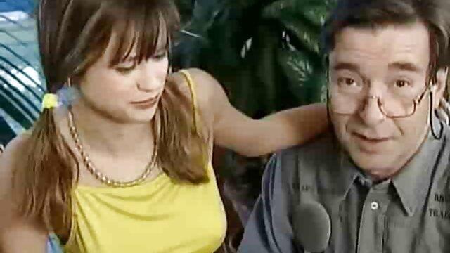 BUMS BUERO - Jovencita videos de mujeres calientes con gafas se folla a un viejo compañero de trabajo